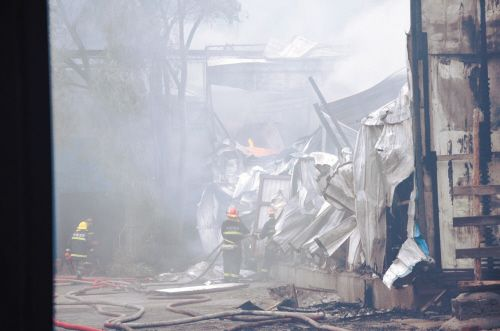沈阳和平区一彩钢板仓库发生火灾消防员紧急援救