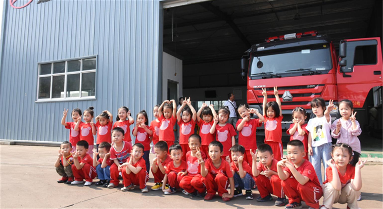 随外的小朋友来消防车厂家学习消防车了