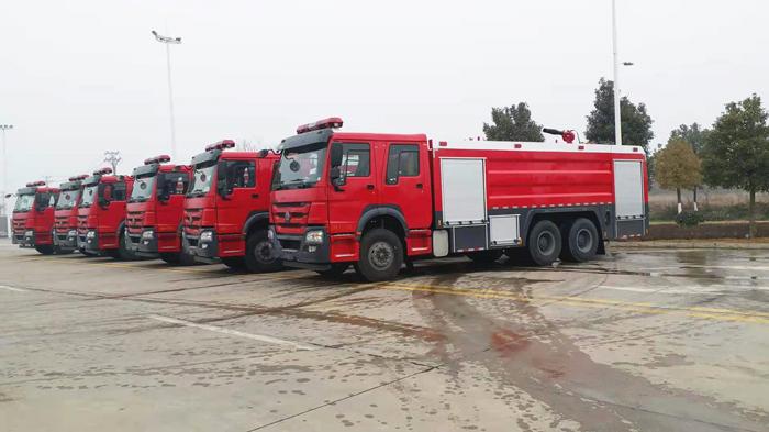 2021年第一批6台重汽豪沃16吨泡沫消防车发车